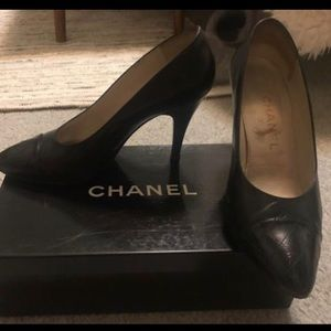 Chanel vintage classic black pumps quilted toe